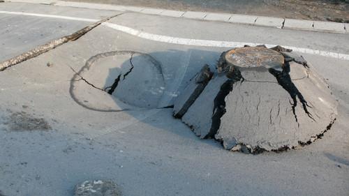 下水道の工事部分が陥没・隆起